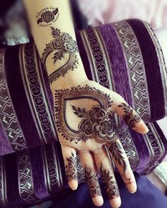 Very easy and simple mehndi designs photos for hands 2018 Khafif Mehndi Design, Floral Henna Designs, Finger Henna Designs, Modern Mehndi Designs, Mehndi Design Pictures, Mehndi Designs For Girls, Beautiful Mehndi Design, Latest Mehndi Designs, Simple Mehndi Designs