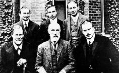 Os psicanalistas Carl Gustav Jung (sentado á direita) e Sigmund Freud (sentado à esquerda) durante visita à Universidade Clark, nos Estados Unidos, em 1909; Carl Gustav Jung foi discípulo direto de Freud