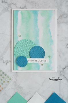 Eine Karte mit Aquarellhintergrund in Meeresfarben (Pazifikblau, Jade) - sicher auch für Männer geeignet. Material von Stampin' Up! :Stempelset Grussfamilie, Prägefolder Hammerschlag, Textil mit Stil #diycards #crafting #astridspapiereuphorie #stampinup #stampinupösterreich #stampinupdemo #stampinupwien #lagenweisekreise #grussfamilie #kreativmitpapier #diy #handemadecards #cardmaking #paperlove #bastelnmachtspass #creative #diykarten #papierliebe