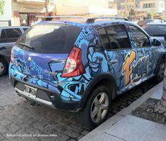 Automóvil con graffiti. Arte móvil urbano en Buenos Aires.