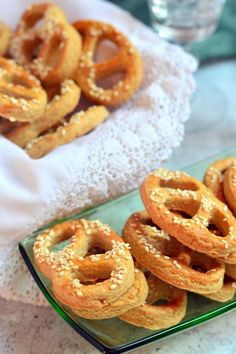 Duplán szezámos, sós perec recept - Kifőztük, online gasztromagazin Salty Snacks, Onion Rings, Ethnic Recipes, Food, Savory Snacks, Deserts, Meals, Yemek, Eten