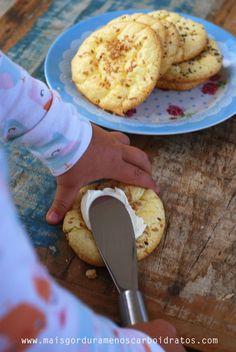 Na verdade eu não sei se eu chamaria isso pão, ou só substituto de pão. Acho que quem inventou tinha a mesma dúvida e colocou o nome Oopsie… Isso é uma receita que é bem estabelecidano mundo…