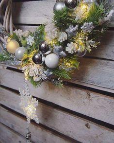 Piękny biało srebrny z lampkami led! Zapraszam na stronęlink KateDecowianki większość wianków już tylko na zamówienie☺#biel#srebro#mikolaj#mikolajki#wianek#katedecowianki#święta#wianekbozonarodzeniowy#dekoracje#dodatkidodomu#ozdoby#ozdobyświąteczne##dekoracjewnetrz#prezent#zima#christmas#xmas#homedecor#handmade#homesweethime#decorations#winter