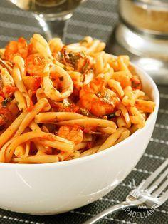 La pasta con gamberetti e totani è un primo di mare davvero saporito e ricco. Scegliete sempre pesce fresco di prima qualità!