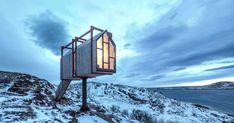 La indómita naturaleza noruega se extiende a tu alrededor con su gama de blancos invernales y verdes boreales. Tú te acurrucas en una acogedora habitación, que es, en realidad, una cabaña alejada de todo ¡hasta del cuarto de baño! El objetivo es hacerte sentir la mayor sensación de privacidad del mundo; por eso, en todo el complejo de Fordypningsrommet, formado por cuatro cabañas de invitados y otras cinco que albergan un aseo, una ducha, una cocina, un estudio y una sauna dramáticamente…