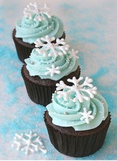 Cupcakes are so easy to make which makes them a perfect choice for dessert. Also there are so many interesting ideas for cupcakes decoration. Winter Cupcakes, Holiday Cupcakes, Holiday Baking, Christmas Desserts, Holiday Treats, Christmas Treats, Christmas Baking, Frozen Cupcakes, Winter Treats