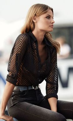 Original Fit Sheer Chevron Stripe Portofino Shirt from EXPRESS. One of the most beautiful shirts from the web. Total black and stylish outfit for everyday. Street Style Outfits, Looks Street Style, Mode Outfits, Looks Style, Fashion Outfits, Jeans Fashion, Fashion 2018, Ladies Fashion, Skirt Fashion