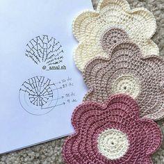Flor linda com direito aos gráficos, generosidade da querida ⏩ @_amal.sh  #flower #flores #crochet #graficos #pattern #patron