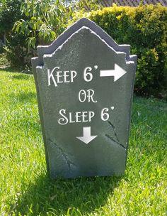 Halloween Graveyard, Holidays Halloween, Tombstones For Halloween, Scary Halloween, Diy Halloween Maze, Halloween Season, Halloween 2020, Halloween Crafts, Halloween Party