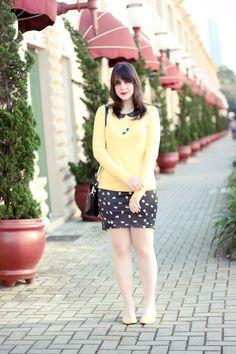 Look com suéter amarelo saia lápis estampada com caveirinhas e blusa peplum com gola peter pan sapatilha amarela e bolsa bulldog marc jacobs