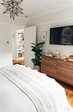 55 Amazing Small Master Bedroom Decorating Design Ideas on a Budget 31 - Craft Home Ideas Coastal Master Bedroom, Budget Bedroom, Home Decor Bedroom, Small Bedroom Decor On A Budget, Apartment Master Bedroom, Small Apartment Bedrooms, Warm Bedroom, Bedroom With Tv, Bedroom Hacks