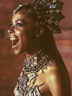 Aaliyah as the vampire queen Akasha in Queen of the Damned (she screams sex appeal in this movie! Vampire Love, Female Vampire, Vampire Queen, Vampire Girls, Vampire Art, Vampire Fangs, Dracula, Rihanna, Christina Aguilera