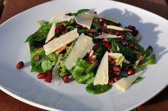 Feldsalat mit Pinienkernen, Granatapfel, Parmesan und Schinkenwürfeln