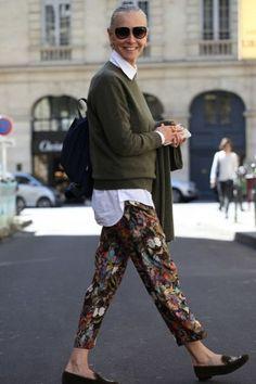 パンツに柄プリントを持ってきたコーデ!他のアイテムとの合わせ方に、大人の余裕を感じます。