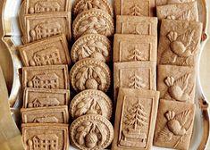 Gli speculoos sono biscotti alla cannella belgi preparati mescolando la farina con burro zucchero e cannella e ritagliando dal composto i biscotti che verranno cotti in forno. Ecco i passaggi per preparare gli speculoos.