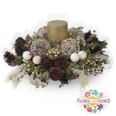 De la creatividad de nuestros floristas, te presentamos este bello centro de mesa Navideño con una vela color oro, Esferas en fibras naturales, Piñas de pino, accesorios dorados y follajes silvestres. Ideal para eventos corporativos o para las fiestas decembrinas.