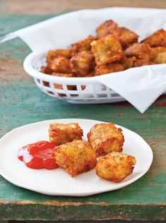 Crispy Potato Tots ~ My hubby is learning to eat healthier. As a reward I will make homemade Tater Tots! Doritos, Kitchen Recipes, Cooking Recipes, What's Cooking, Vegan Recipes, All You Need Is, Homemade Tater Tots, Tater Tot Recipes, Potato Tots