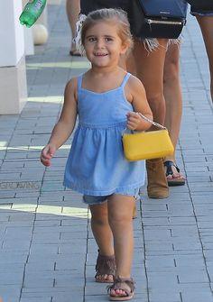 Kourtney Kardashian has fun at lunch in Malibu with his daughter Penelope – Bloğ Kourtney Kardashian, Kardashian Style, Kardashian Family, Toddler Girl Style, Toddler Fashion, Kids Fashion, Celebrity Baby Pictures, Celebrity Babies, Jenner Kids