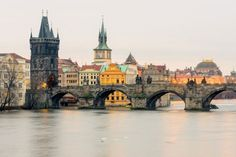 Wandel over de Karelsbrug  Een van de meest iconische beelden van Praag is dat van de Karelsbrug, een stenen brug die sinds 1357 de Oude Stad met Lesser Stad verbindt. De combinatie van het uitzicht over de rivier en het kasteel, de koppels die hand in hand wandelen en de vele straatartiesten zal romantische zielen ongetwijfeld kunnen bekoren.