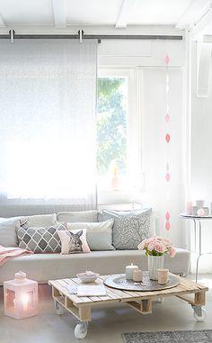 vintage einrichtung wei er couchtisch fellteppich hellgraues sofa offene wandregale deco. Black Bedroom Furniture Sets. Home Design Ideas