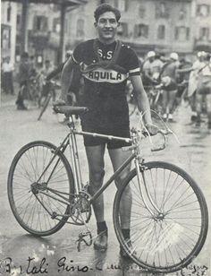 Gino Bartali (1914-2000) dilettante nel 1934, quando gareggiava per la S.S. Aquila. Badia a Ripoli, partenza del Giro dei Colli Fiorentini. Cartolina postale autografa < Bartali Gino, campione della Frejus >