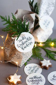 Plätzchen schön verpacken und verschenken: 4 tolle Anhänger passend zu Weihnachten und für eure Plätzchen zum Ausdrucken für zu Hause. Außerdem: Bastel mit dem Geschenkpapier Printable deine eigene Tüte, in die du Plätzchen verpackst. Inklusive Faltanleitung. Kleine Geschenke für den Advent. #plätzchen #verschenken #verpacken #kleinegeschenke Diy Weihnachten, Place Cards, Wraps, Gift Wrapping, Place Card Holders, Christmas Ornaments, Holiday Decor, Gifts, Inspiration