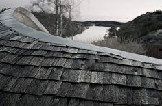 Una casa inspirada en una gallina (o eso dice el autor)  Esta originalísima construcción de madera ha sido diseñada por Torsten Ottesjö y construida en la costa oeste de Suecia.  Su autor asegura que se inspiró en la postura de una gallina cuando extiende sus alas para proteger a los polluelos.