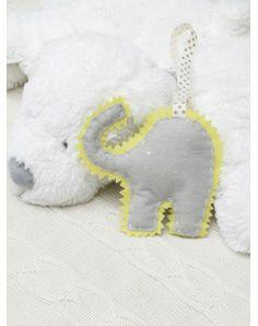Ręcznie wykonana ozdoba do dziecięcego pokoju w kształcie słonika. Żółty słonik wykonany jest z naturalnego filcu , wnętrze to hypoalergiczny wkład.  Rozmiar to około 15cm szerokości na 15 cm wysokości
