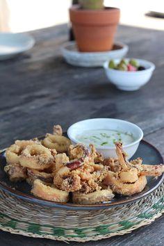 Calamares a la andaluza con una mayonesa de lima frente a la playa de Castelldefels en la terraza de Barracuda.