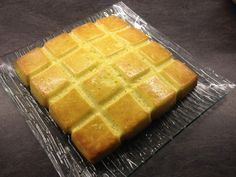 J'ai trouvé cette recette ici et reproduit à l'identique sans rien changer! J'ai préparé ce gâteau à l'aide de mon robot Thermomix mais il y a une version sans! Pour 8 gourmands : 4 œufs 130 g de sucre 80 g de beurre 120 g de farine 1 sachet de levure...