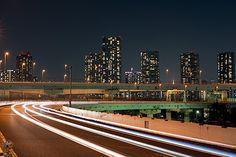 首都高速の9号深川線上り線にあるパーキング。首都高の夜景撮影では有名なスポットであり、未来都市的な夜景を楽しむことができます。