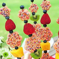 Fruity Rice Krispies Kebabs - These kebabs make a great addition to any summer event! Fresh fruit is skewered with Rice Krispies treats for a fun treat for all! Rice Krispies, Rice Krispie Treats, Cereal Treats, Fudge, Fruit Skewers, Dessert Kabobs, Caramel, Dessert Recipes, Desserts