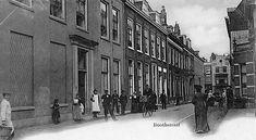 Utrecht rond 1900 | De Boothstraat vanaf het Janskerkhof in de richting van de Voorstraat (Foto HUA). Het meisje met het witte schort staat voor de deur van het huis van Nicolaas Beets, Boothstraat 6.
