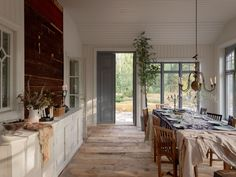 Today our story is about a home with a soul. This traditional Scandinavian cottage with a red facade is lost somewhere in the Swedish countryside, in the ✌Pufikhomes - source of home inspiration Swedish Farmhouse, Swedish Cottage, Swedish Decor, Swedish House, Scandinavian Cottage, Scandinavian Interior Design, Swedish Design, Swedish Style, Grand Hall
