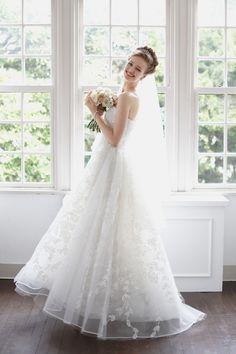 レースにクリスタルビーズが施され、軽やかな印象のあるリッチなAラインのウエディングドレス。おそろいのベールを合わせて華やかな花嫁姿を演出するのもオススメ。