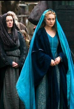 Sophia Myles as Princess Isolde in 'Tristan and Isolde' 2006 film the blue is what I remember about this scene - she stood out and was a foreigner amongst the brown of this medieval community. Medieval Dress, Medieval Fashion, Medieval Clothing, Medieval Fantasy, Historical Clothing, Period Costumes, Movie Costumes, Renaissance, Period Outfit