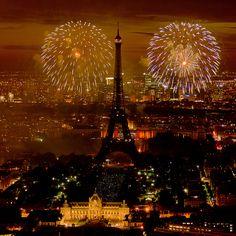 Feu d'artifice du 14 juillet 2011 sur le sites de la Tour Eiffel et du Trocadéro à Paris vu de la Tour Montparnasse -