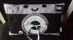 Almofada de máquina fotográfica, usada para levar as alianças no casamento de uma fotógrafa...