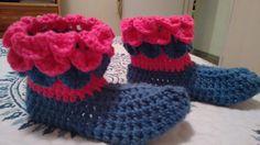 Pantuflas a crochet, color fuccia y lila.