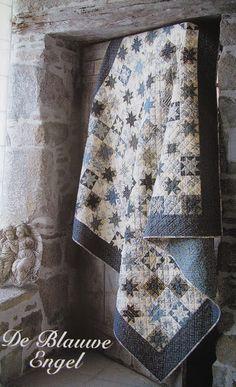 """is een quilt die in de Quiltmania van 2003 heeft gestaan en daar is mijn dochter voor """"gevallen"""".      In Oldebroek heeft ze haar stofjes ui..."""