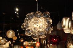 Balloon lamp Bijzondere hanglamp 'Balloon' van mondgeblazen glas. De lamp heeft 8 lichtpunten. De lamp bestaat hoofdzakelijk uit mondgeblazen, transparante glasbollen die de lamp een exclusieve uitstraling geven.
