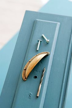 Cómo pintar muebles con acabado profesional Upcycled Furniture, Painting Tips, Try It Free, Chalk Paint, Door Handles, Projects To Try, Shabby Chic, Lily, Homemade