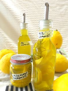 レモンオイル     レシピ  作り方 1 オーガニックレモン1個 exオリーブオイル400cc フレッシュローズマリー2〜3本 2 瓶煮沸しておく レモンをよく洗い水気拭き取る ローズマリーよく洗って水気拭き取る 3 レモンを切る(入れる瓶形によって綺麗に見えるよう輪切りやイチョウ等々) 小鍋に切ったレモンとローズマリーを入れ、オリーブオイルを注ぐ。 極弱火で10分煮る感じ(沸騰させない) 粗熱をとり、瓶詰めする。 ポイント ・長期保存する場合は一週間たったらレモンとローズマリーはとりだすこと。 ・常温保存。一週間使い切りくらいで。レモンは刻んで他の料理に活用。