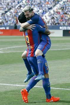 Messi y Suarez . Best Football Team, Football Photos, Good Soccer Players, Football Players, Fc Barcelona, Messi 2017, Lionel Messi Wallpapers, Messi And Neymar, Tim Beta