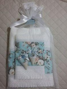 Lindo jogo de toalha de banho, com toalhas Santista, contendo uma toalha de banho, uma toalha de rosto e dois sachês perfumados com essência de Perfume da Rainha, saco em filó e tag!!!  Toalha com barra de tecido 100% algodão e renda em Guipir!    Ótima sugestão de presente para o dia das mães!! Sewing Hacks, Sewing Projects, Decorative Hand Towels, Personalized Towels, Towel Crafts, Embroidered Towels, Crochet Decoration, Linens And Lace, Bath Accessories