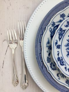 Love this fresh blue china tablescape for your wedding! Dixie Does Vintage