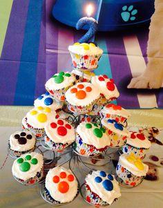 Paw Print Puppy cupcakes. Mega M&Ms and regular M&Ms work perfectly to create a paw print for a dog theme kid birthday party!