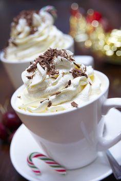 Delicioso y calientito chocolate caliente navideño, ideal para esta época de frío y es el mejor compañero para comer unas deliciosas galletitas recién horneadas.