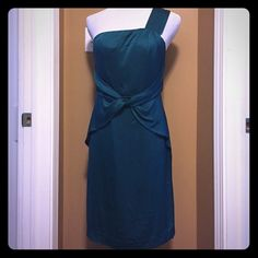 Banana Republic dress Beautiful emerald green dress, silk (92 percent) and spandex (8 percent). One shoulder, with tie detail at the waist. Total length including shoulder 36 inches. Fits 6-8. Banana Republic Dresses