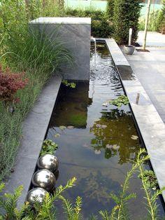 Strakke spiegelvijver met waterloop ontworpen en aangelegd door Garden Vision (Pijnacker)